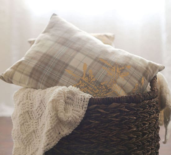 how to make diy holiday plaid placemat pillows mountainmodernlife.com