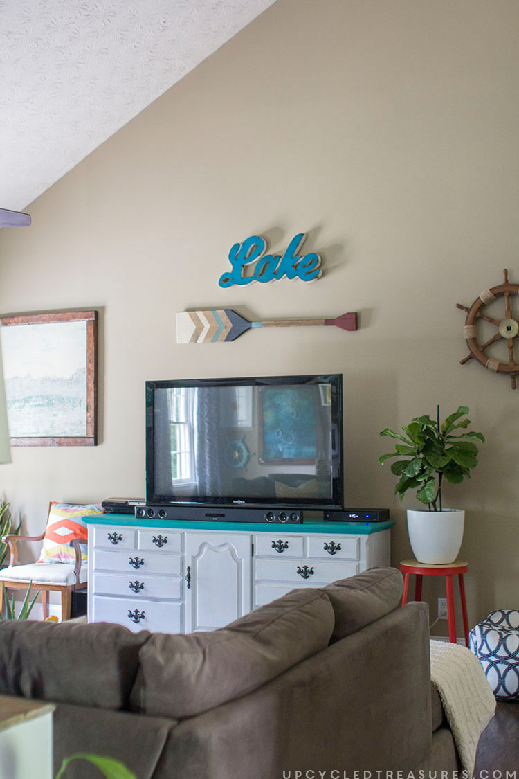 decorating-around-a-tv-in-living-room-upcycledtreasures