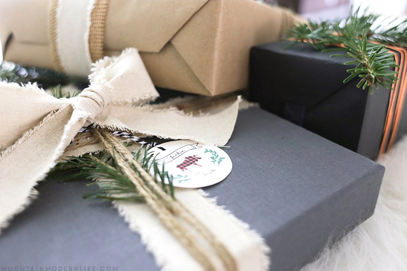 Looking for creative ways to wrap those holiday presents? Check out these simple yet rustic Christmas gift wrapping Ideas from MountainModernLife.com!