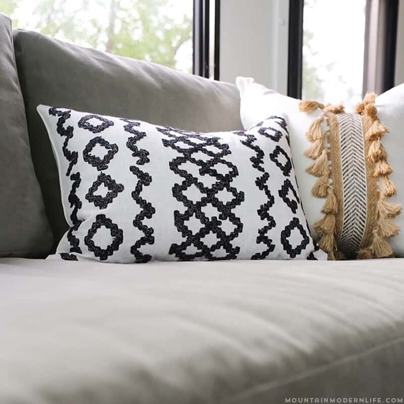 Who doesn't love throw pillows? Add texture to your home with these super easy DIY boho pillows, no sewing required! MountainModernLife.com