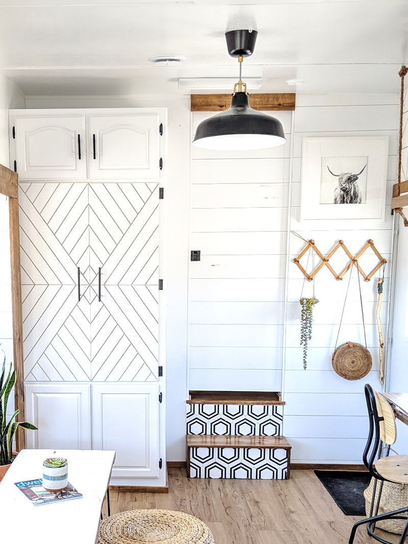 This family transformed their RV into a tiny modern farmhouse! Featuring @WhiteHouseMuddyFeet on MountainModernLife.com