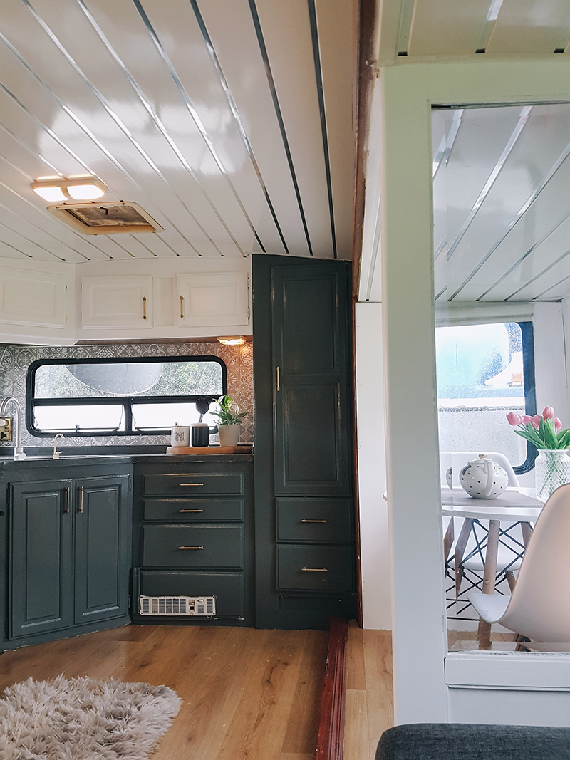 Check out this stylish caravan makeover from a couple that travels around Ireland! Featuring @fifthwheel.fixerupper on MountainModernLife.com