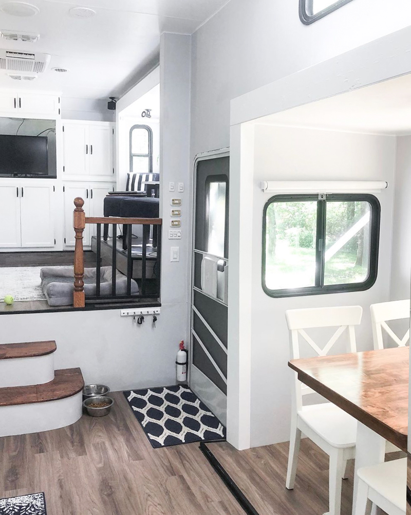 See how a white and gray interior transformed this outdated 5th wheel! Renovation and Photos from: @fifthwheelfarmhouse - Featured on MountainModernLife.com